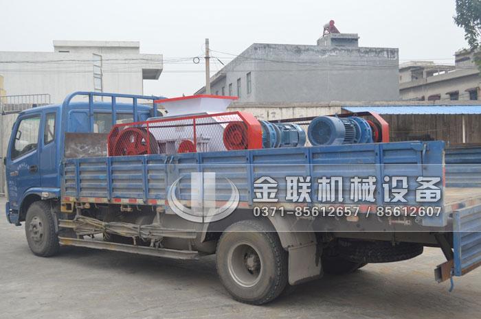 对辊式鹅卵石制砂机发往贵州贵阳8